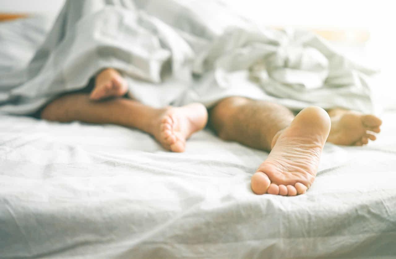 ベッドの中にいる男女