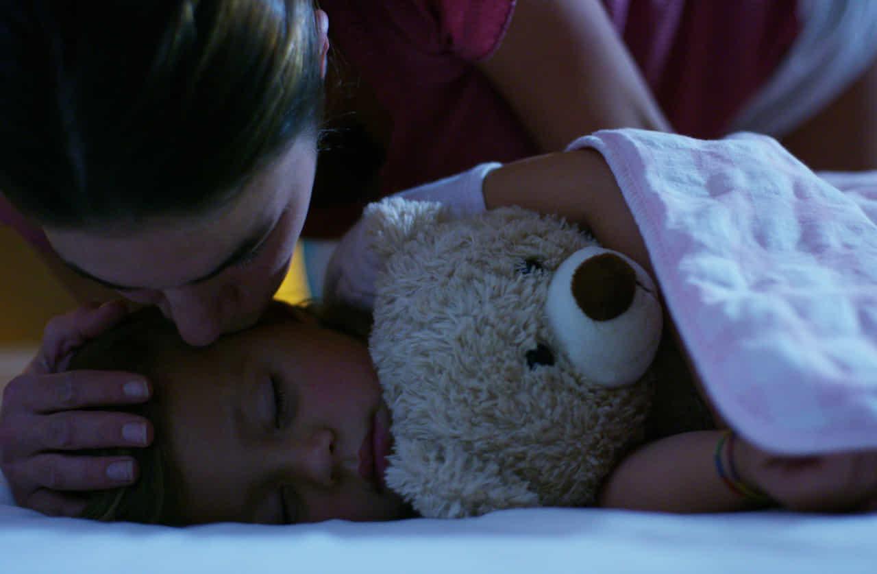 子供を寝かせる母親