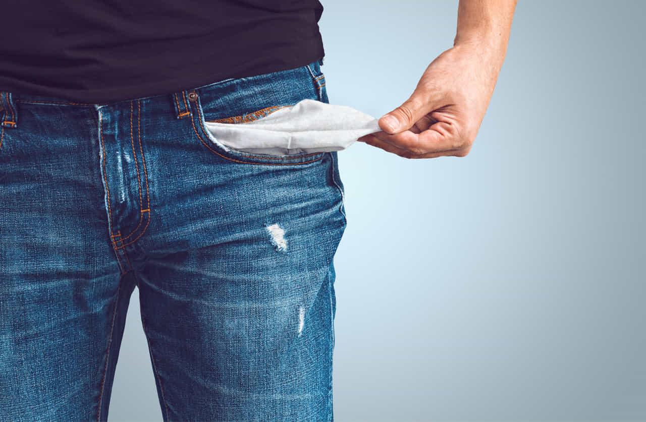 ポケットにもお金がない男性