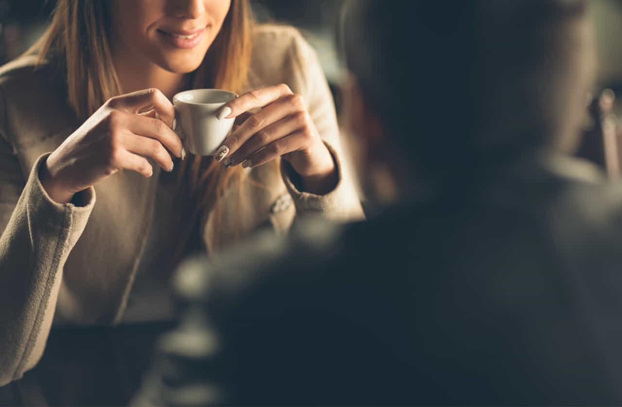 カフェで過ごすカップル