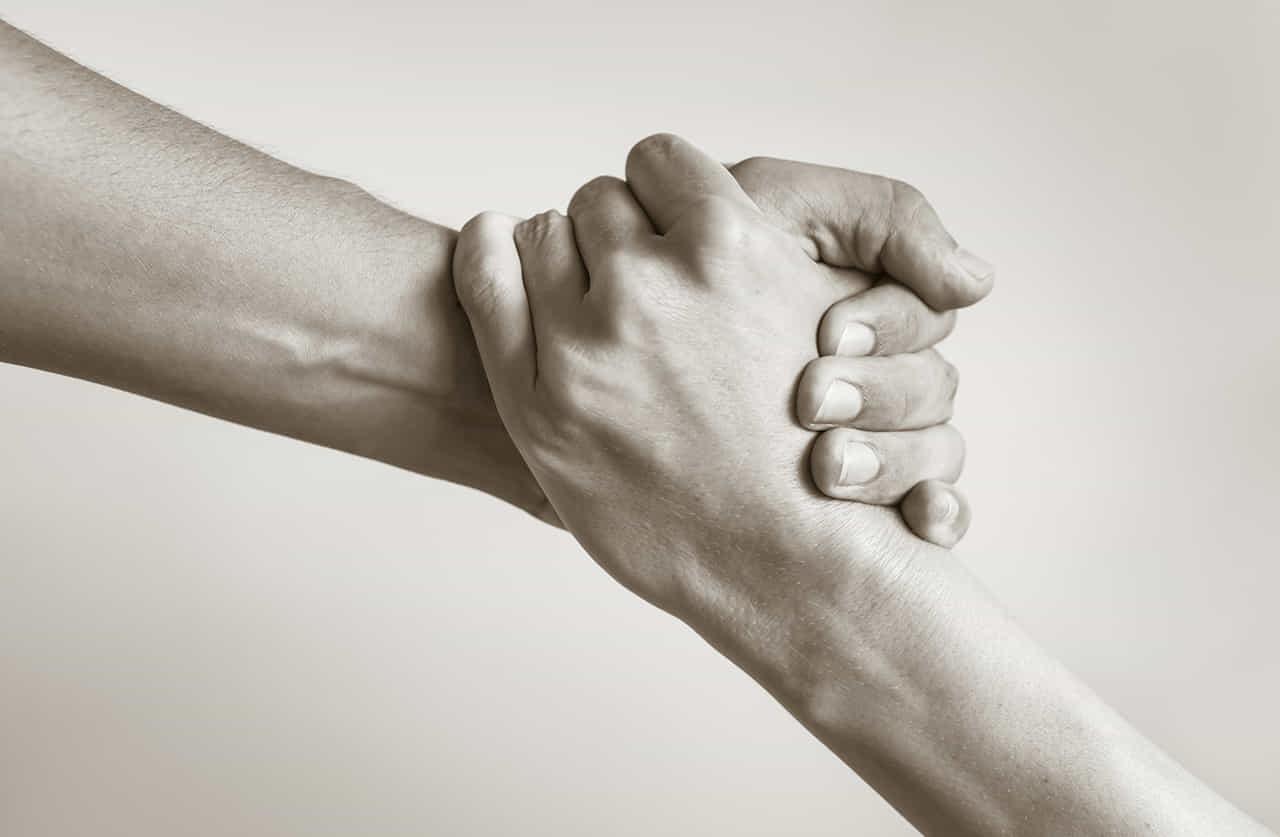 がっちり握り合っている男女の手