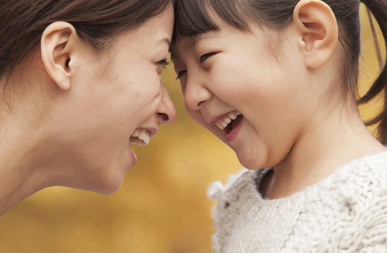 母子がおでこをくっつけて楽しそうに笑い合う