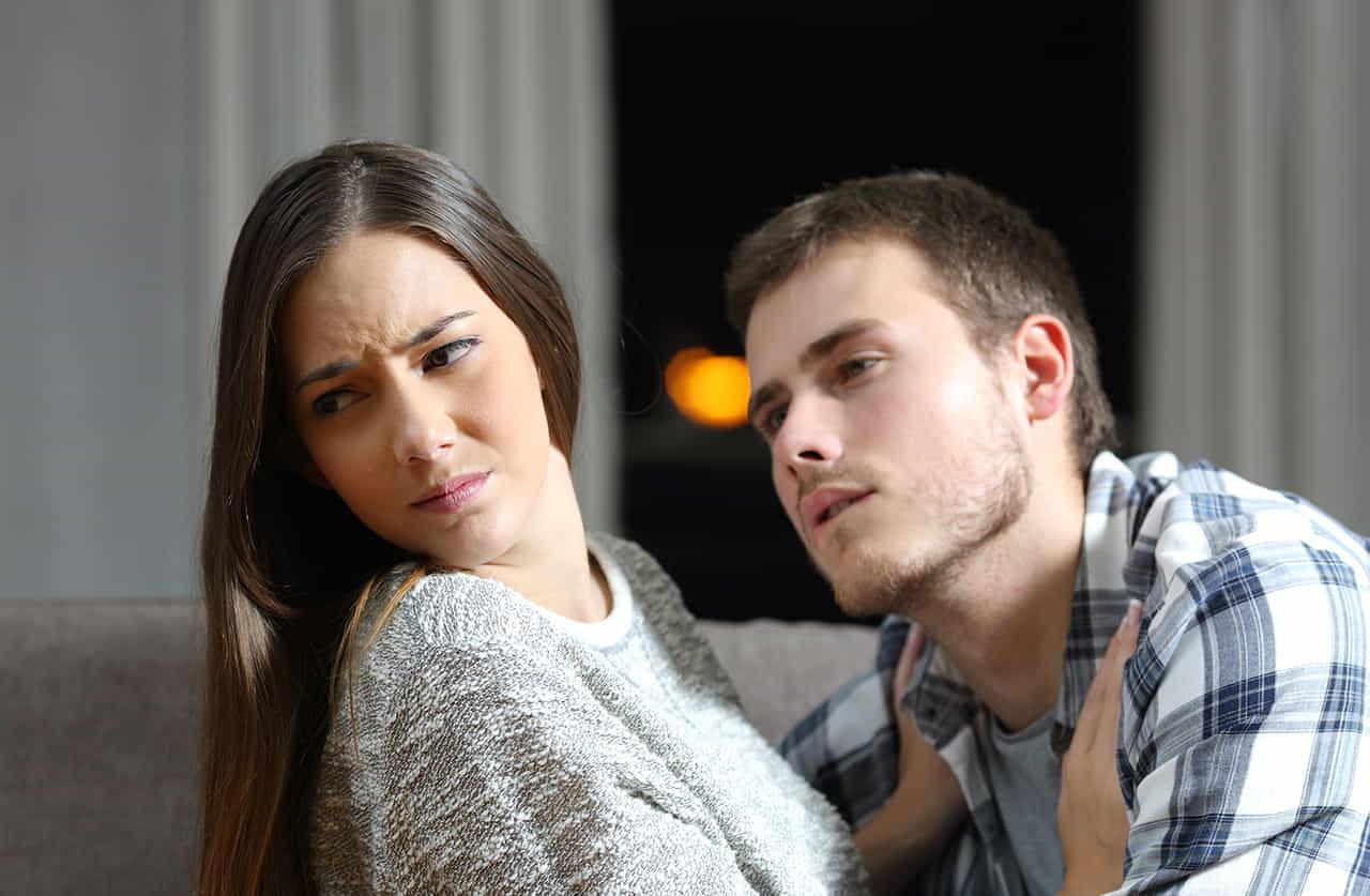 リビングでsexを迫る夫を拒む妻