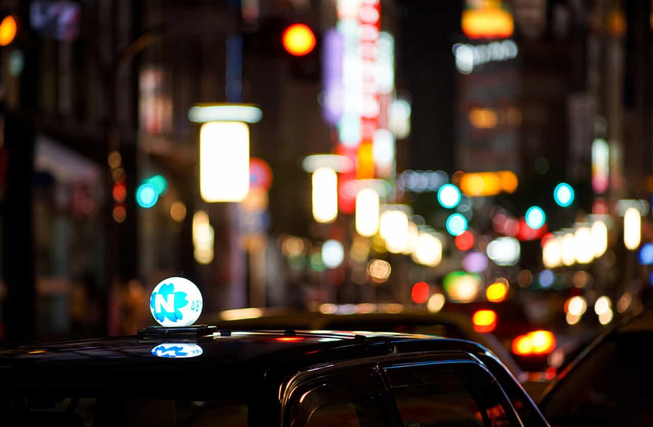 夜の街のタクシー