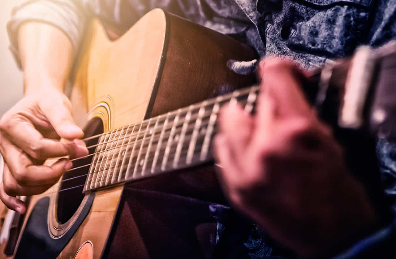 フォークギターを奏でる