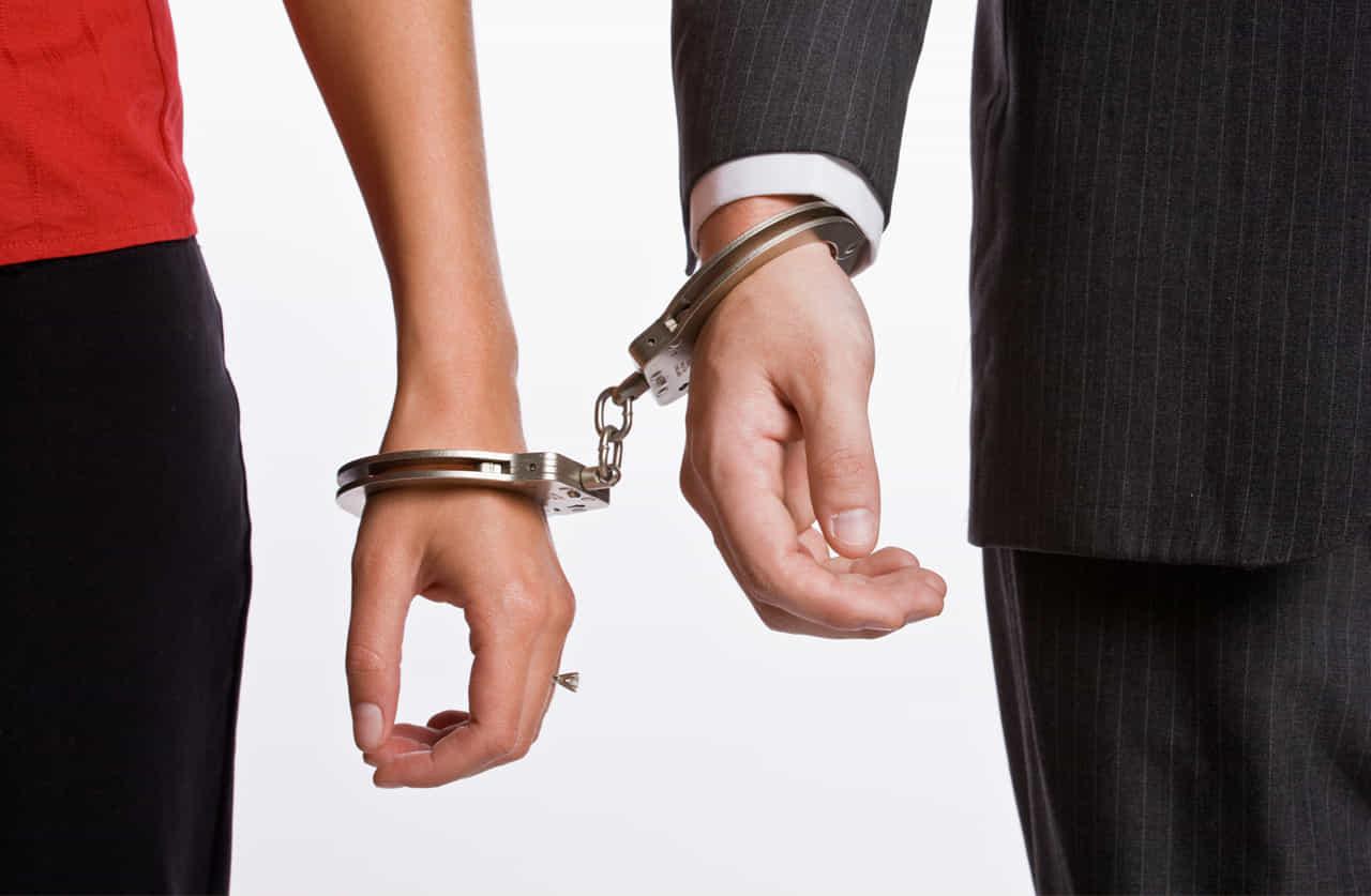 手錠で結ばれるカップル
