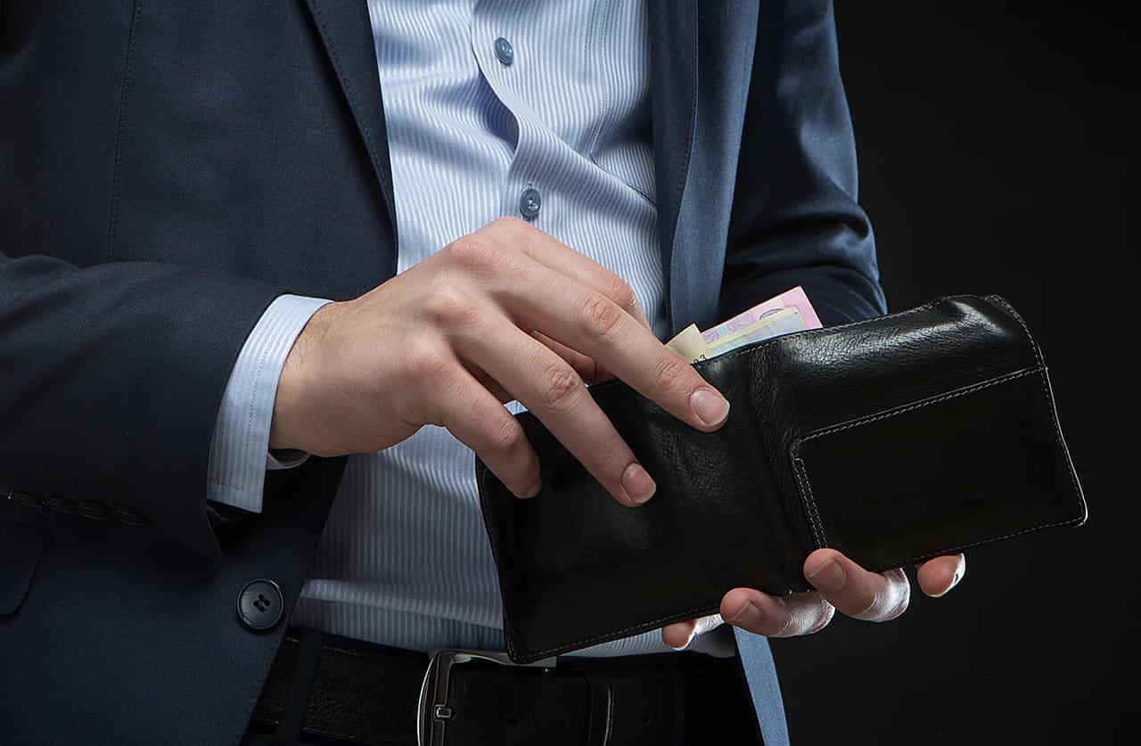 財布からお札を取り出す