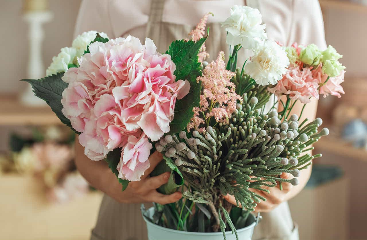 花束を抱える花屋の女性店員