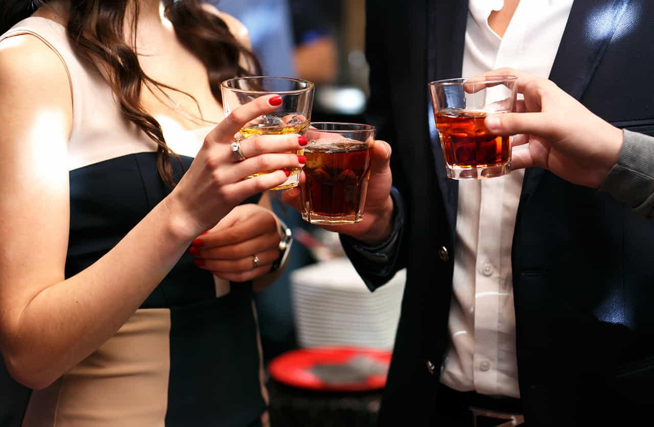 社交場で杯を重ねる男女