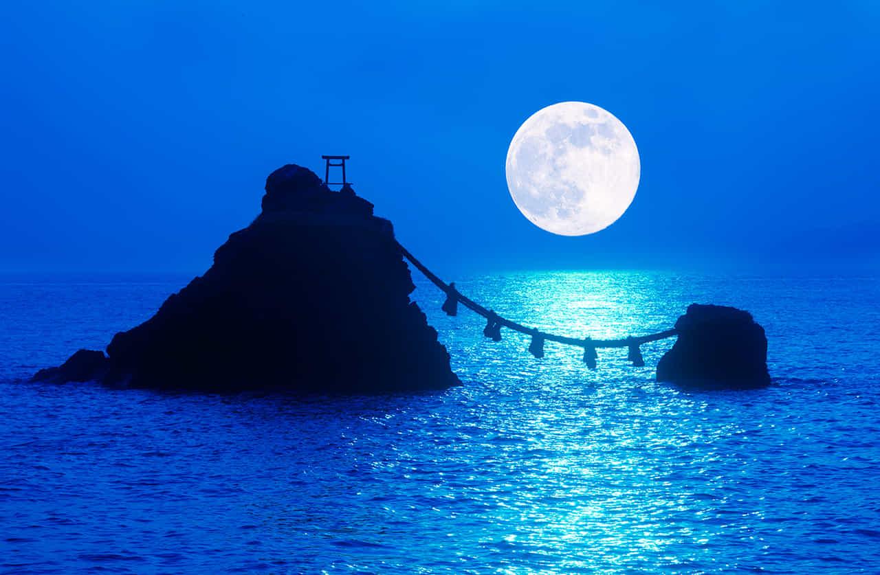 月夜の磯合にある夫婦岩の二見興玉神社
