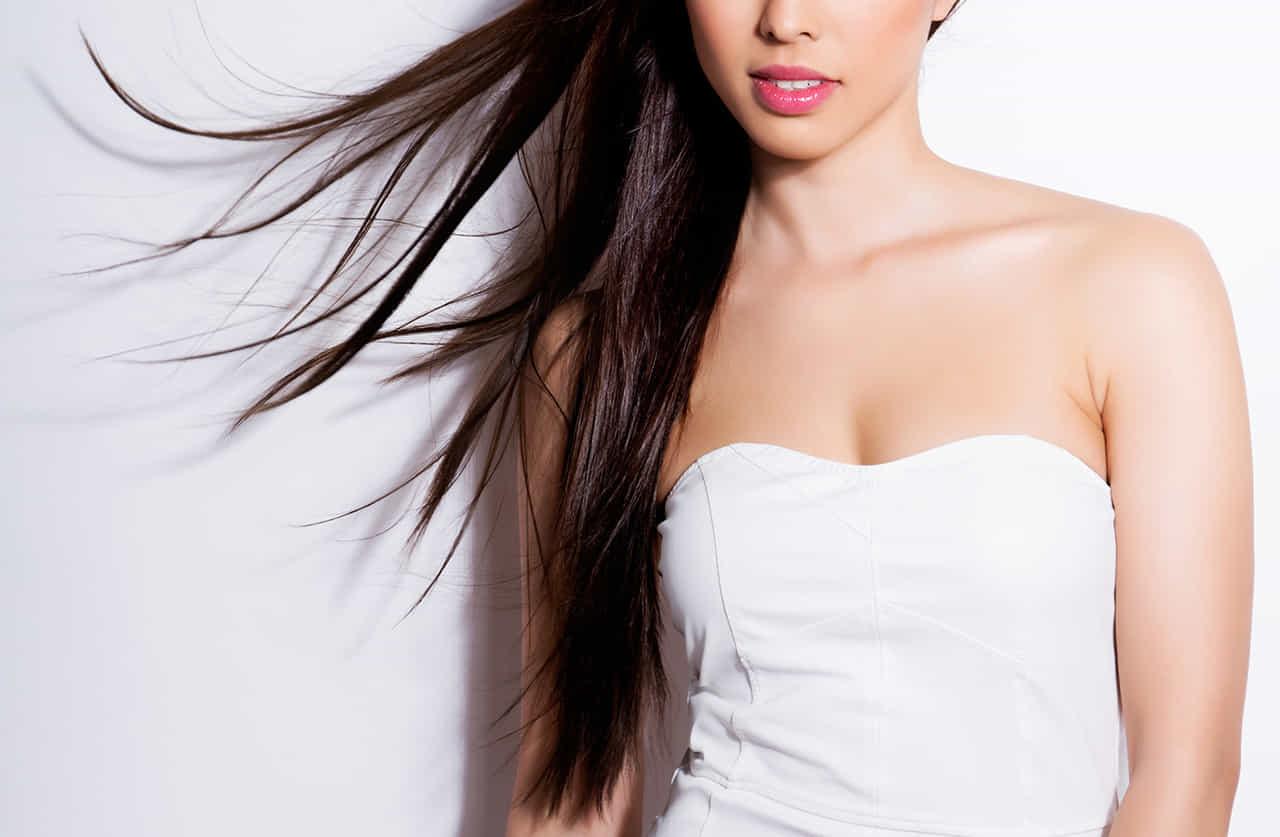 髪をなびかせる白いチューブトップを着たいい女風の女性