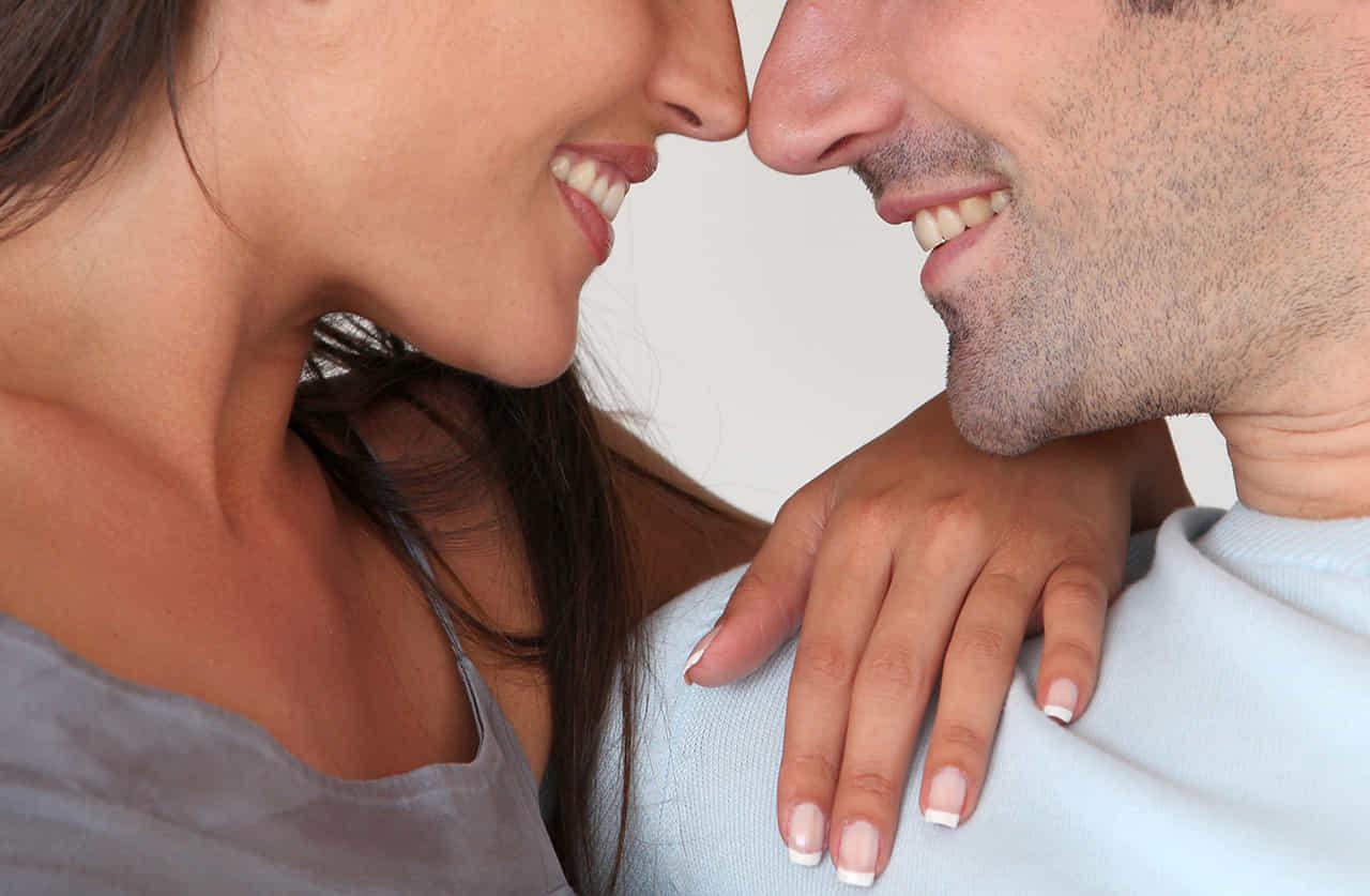 男女のカップルが見つめ合うクローズアップ
