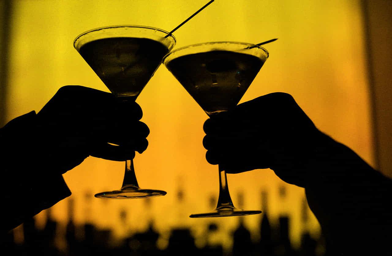 カクテルで乾杯する男女の手元
