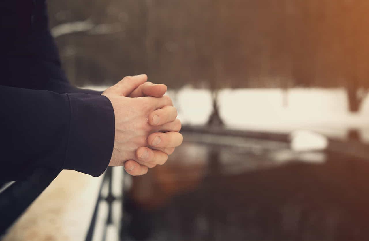 男性が拳を握りしめて考え事をしている