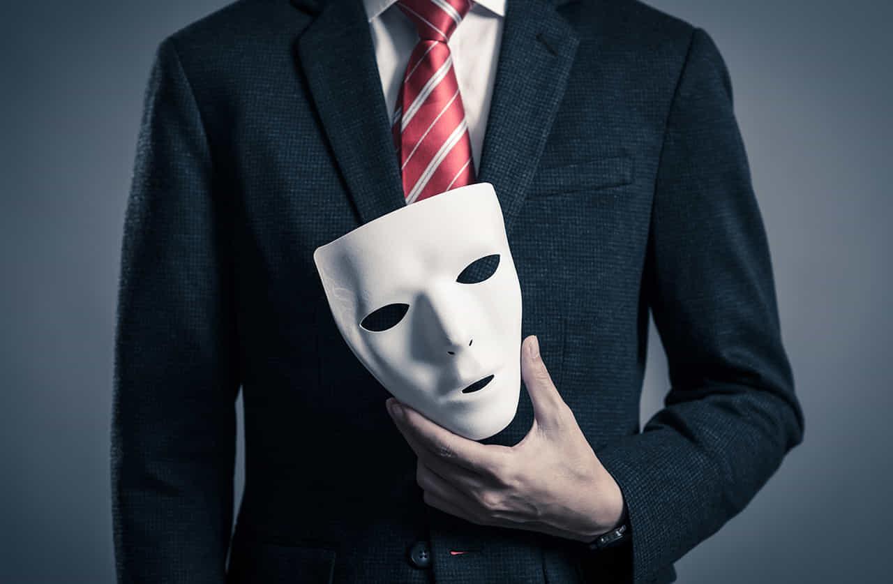 スイーツに仮装用の白い仮面持つ男性