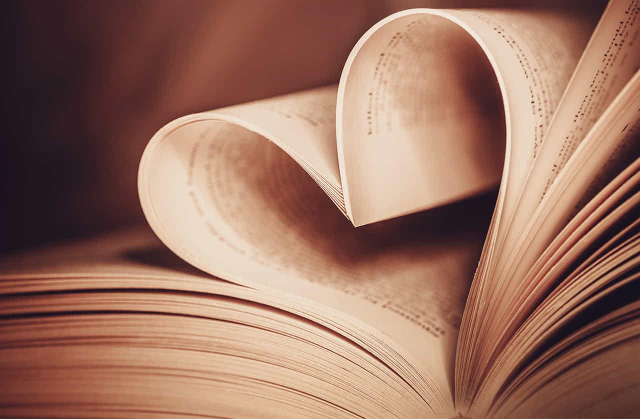 本の開いたページが曲がってハートのようになって恋愛小説をイメージさせる