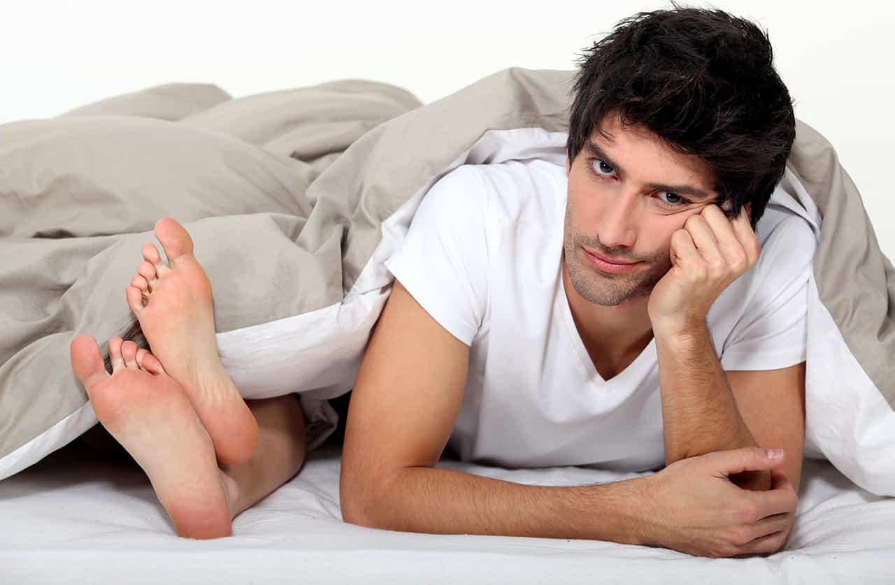 ベッドの中でSEXに義務感を感じ、うんざりしている男性
