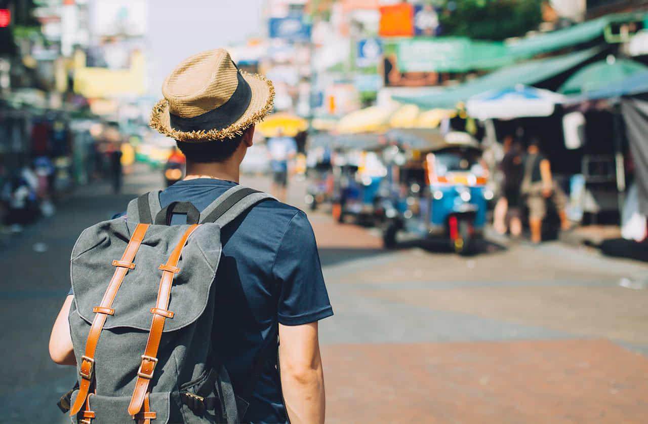 発展途上国へ旅行するバックパッカー