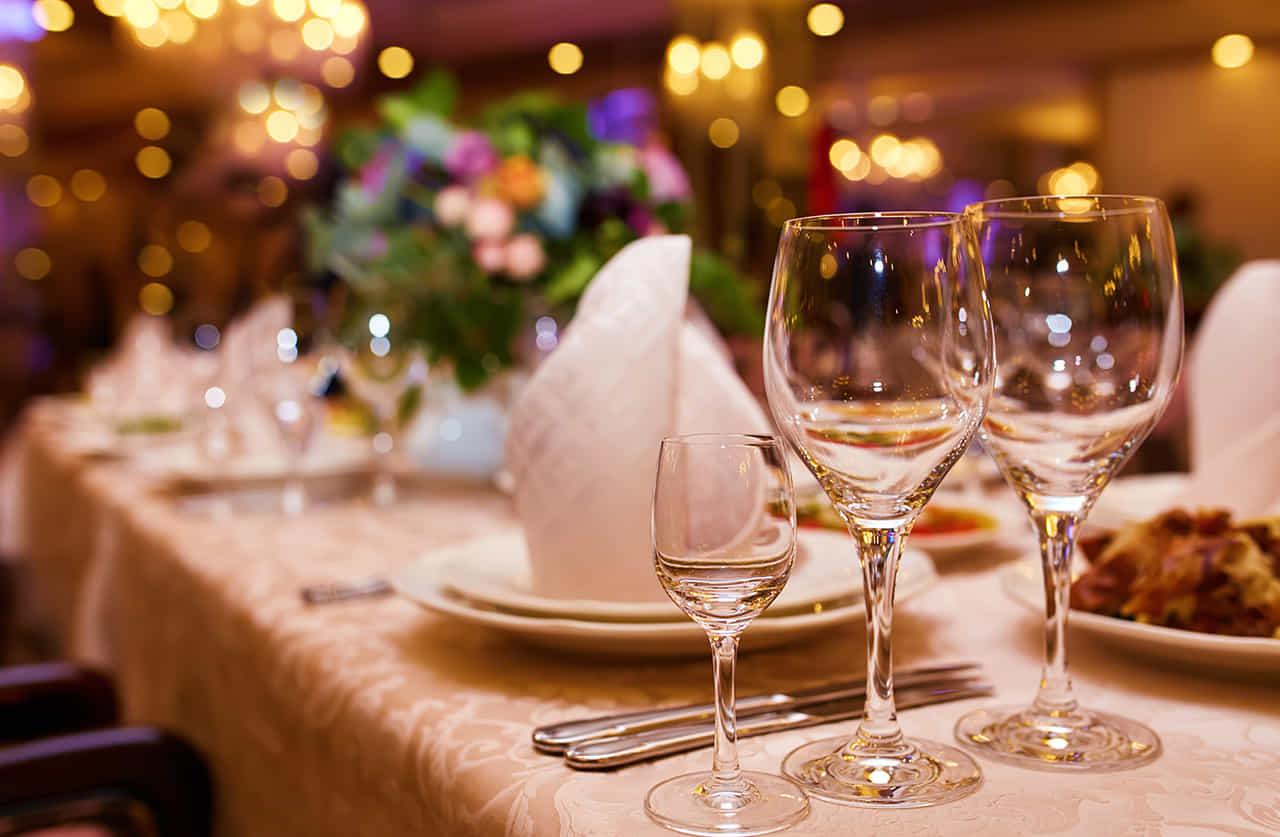 テーブルセッティングされたグラス越しに見るレストランの内装