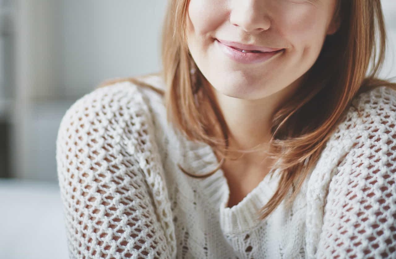 カウンセリングルームで笑顔を見せる女性患者