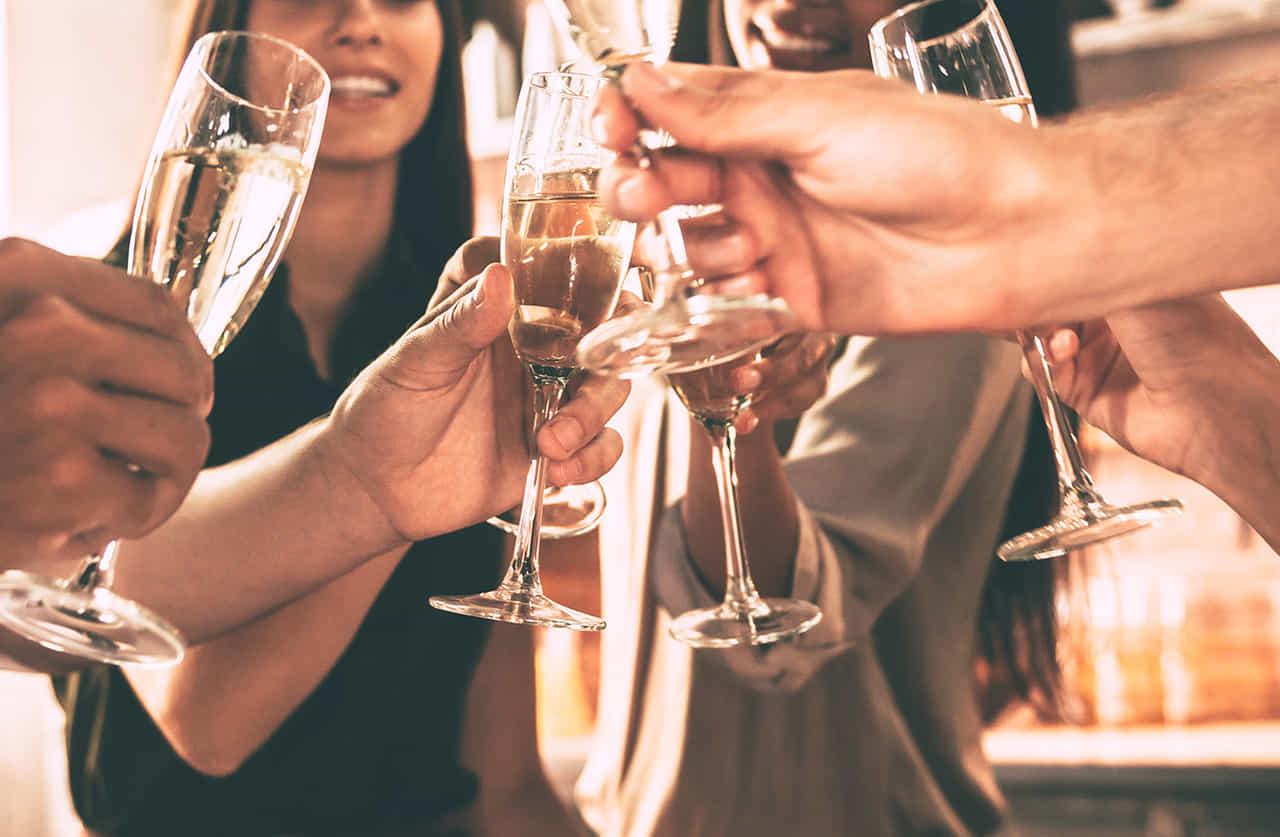 飲み会で乾杯をする会社の仲間たち