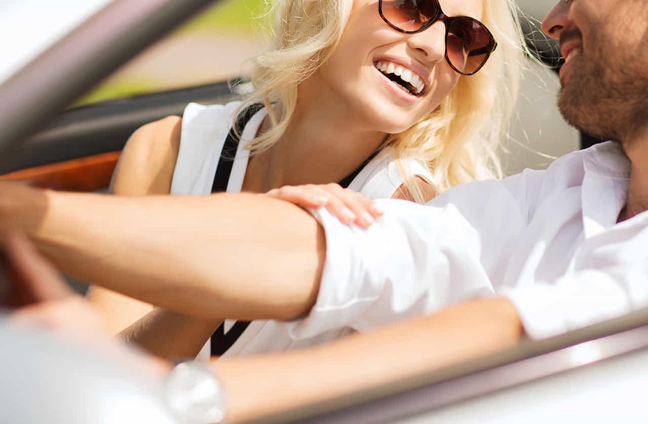 オープンカーでドライブしているカップル