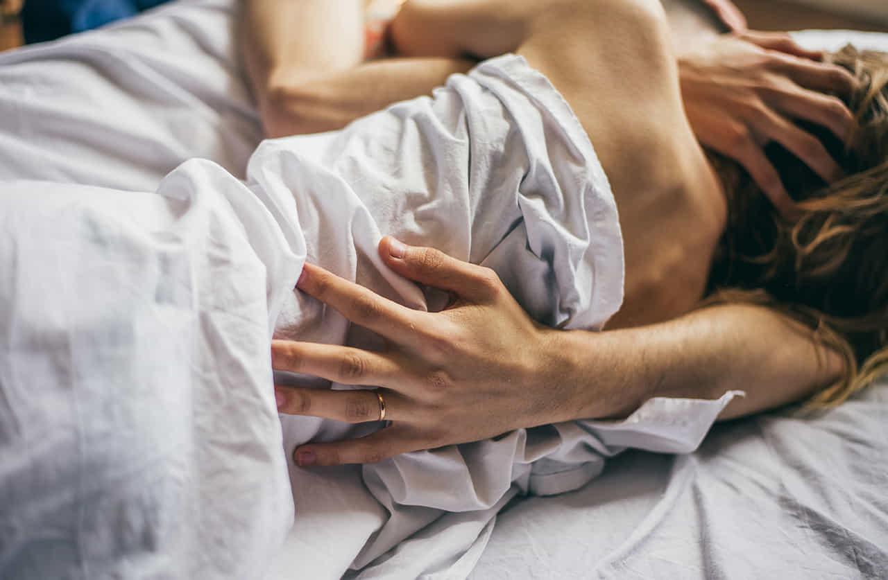 ベッドで絡みあうカップル