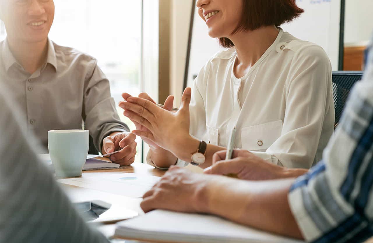 社内会議でリーダーを務める女性