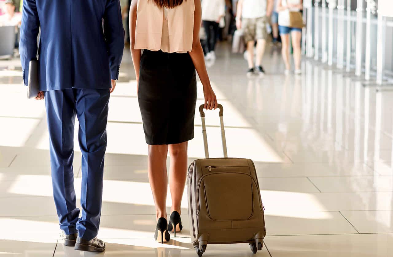 キャリーバッグを引く男女の不倫カップル
