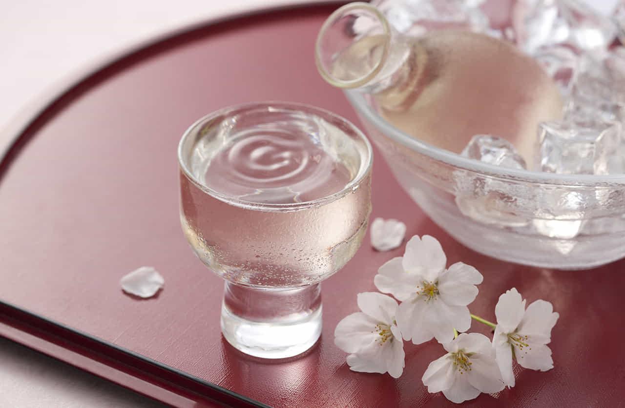 日本酒に桜の花