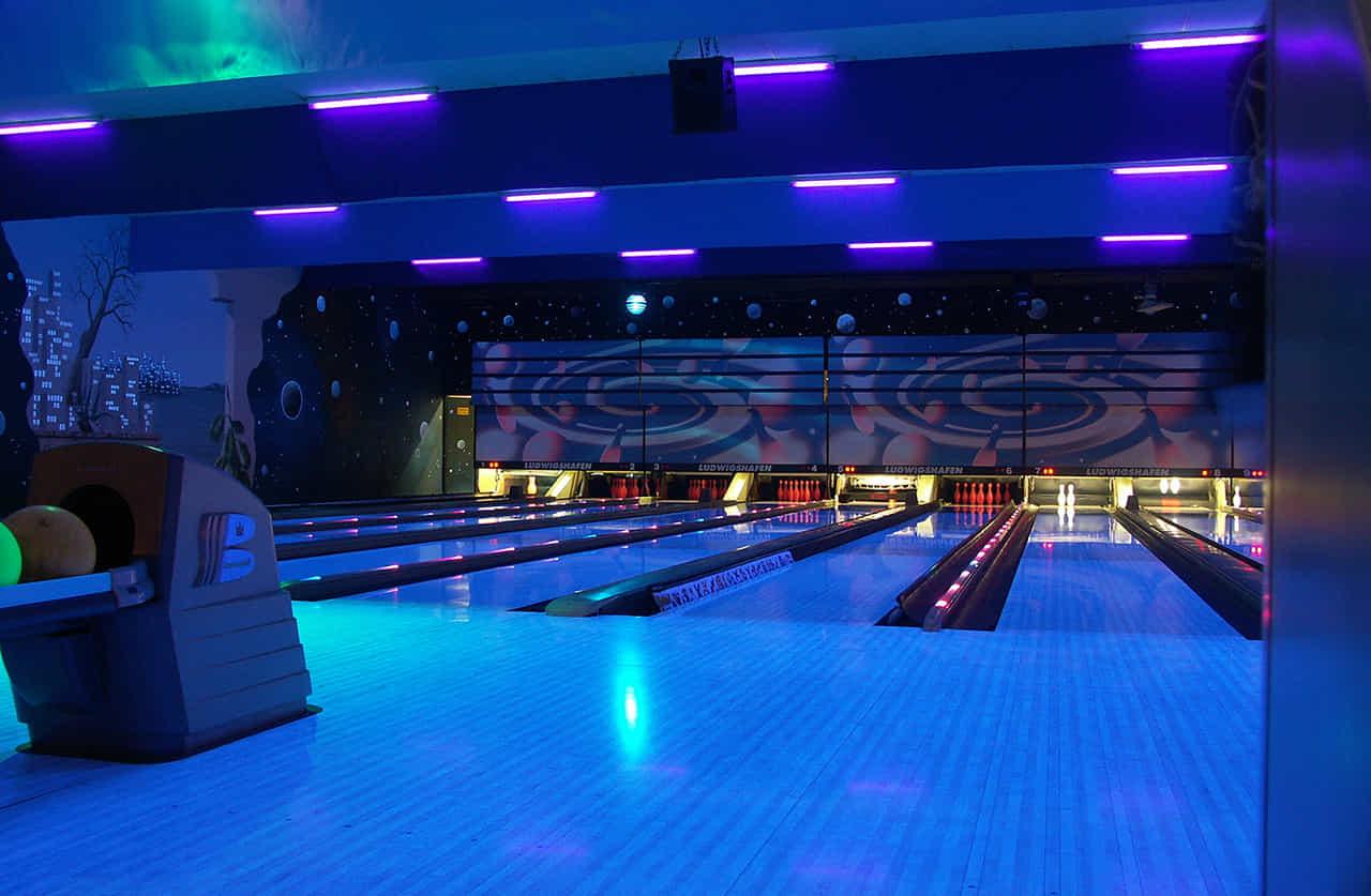 青い光でライトアップされたボーリング場
