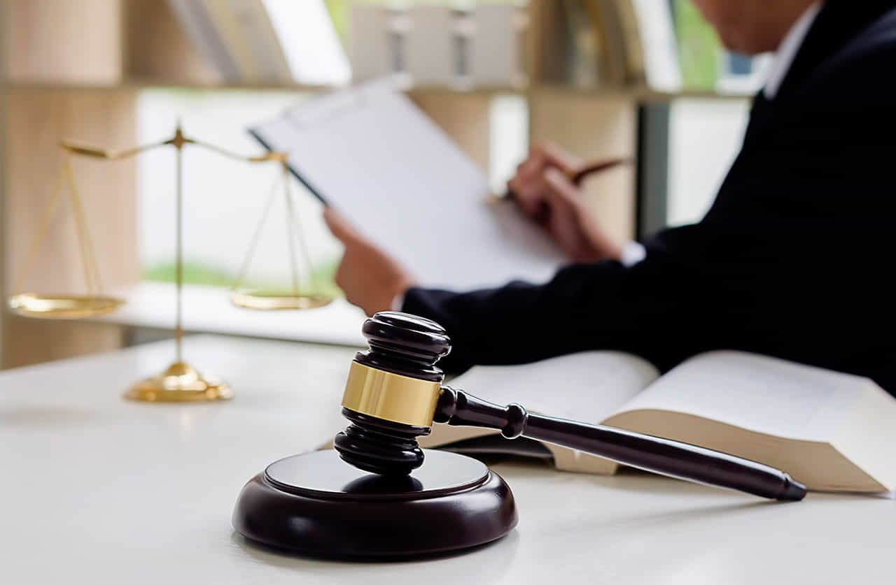 弁護士事務所の天秤とハンマー