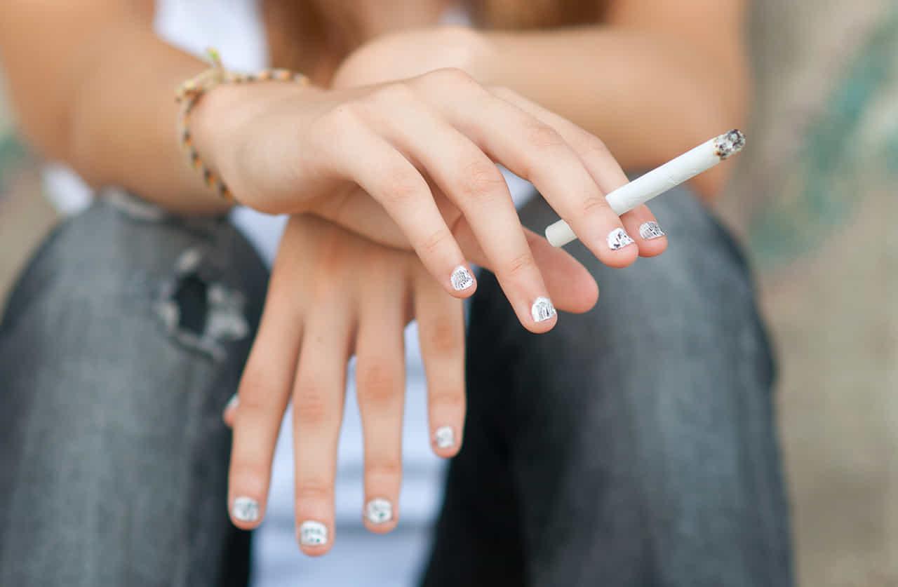 タバコを持つ少女