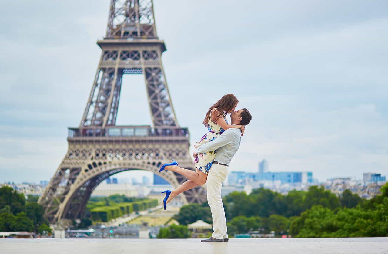 パリのエッフェル塔を背景に抱き合うカップル