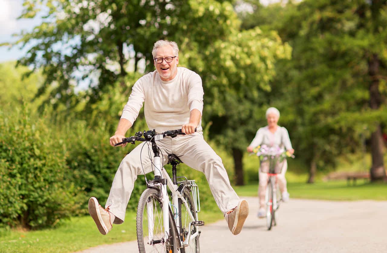 高齢の夫婦が自転車で楽しんでいる