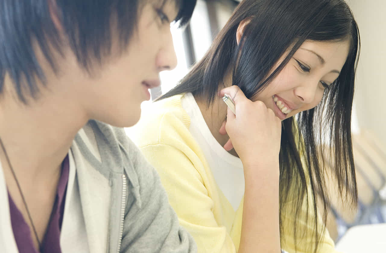女子大生が同級生と仲良く勉強している