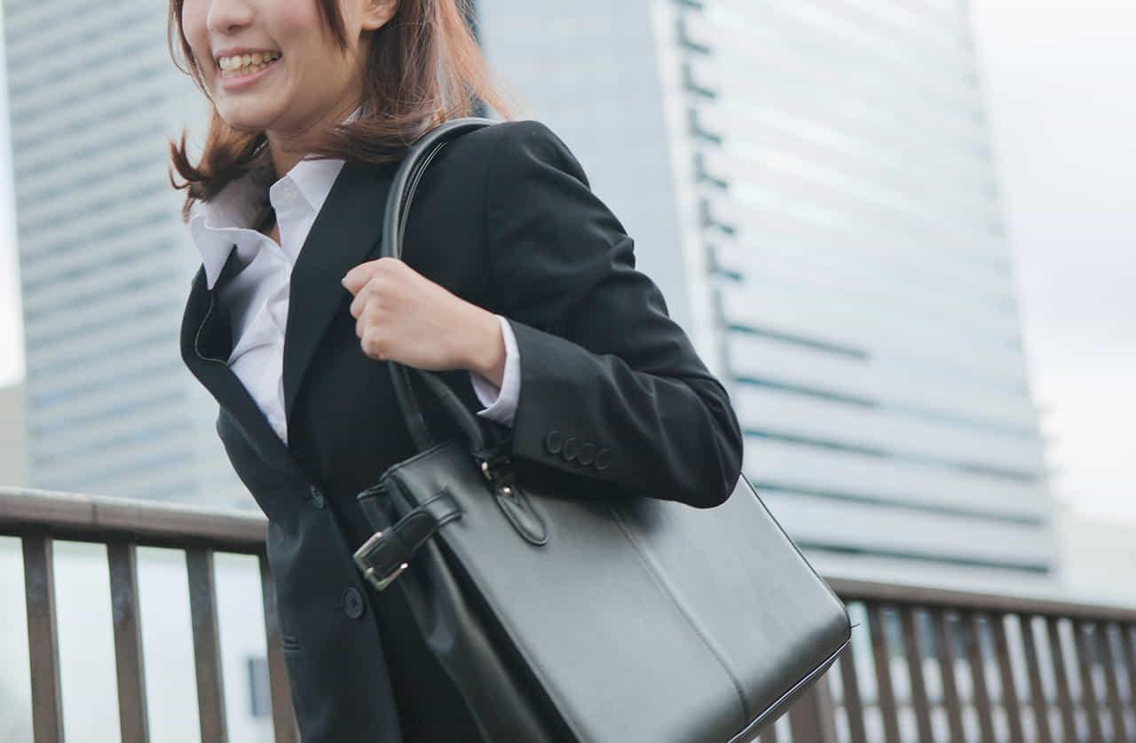 街を歩く新入社員の女性