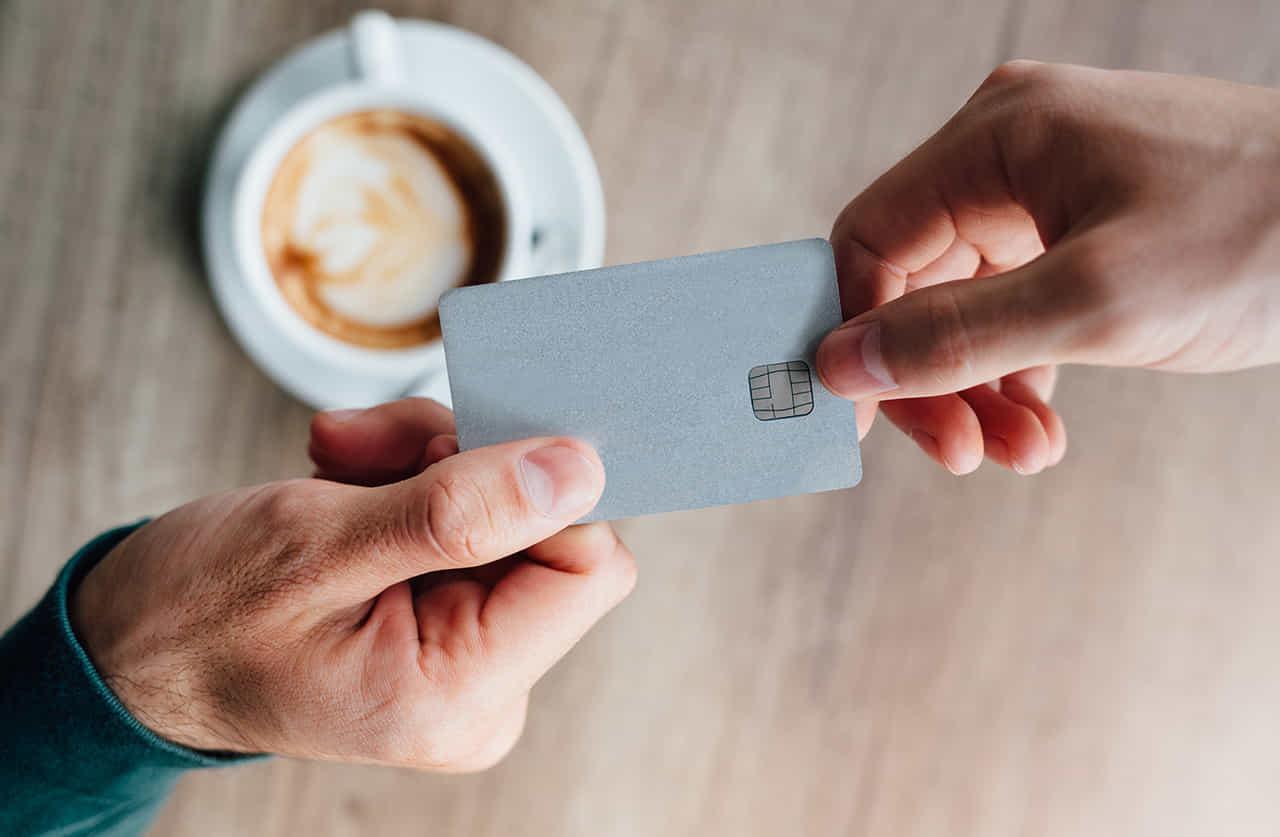 女性が男性にクレジットカードを渡している