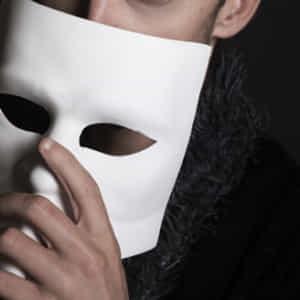 仮面で顔を隠す男性