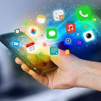 手に持っているスマホから様々なアプリのアイコンが飛び出してくる