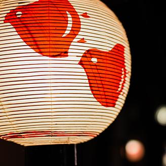 夜の街にある赤い鳥の絵がついた提灯