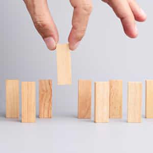 いくつも並ぶ木製のスティックから男性の手が一本を選び取る