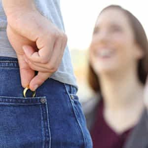 不倫相手に会うときに結婚指輪を外してポケットに隠す男性