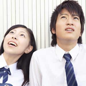 高校生のカップルが空を見ている