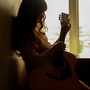 ギターを爪弾く女性