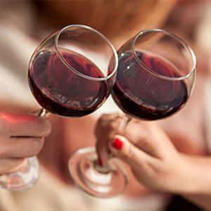 乾杯をしてイベントのお祝いをするカップル