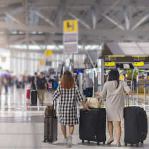 空港の出発ロビーの風景