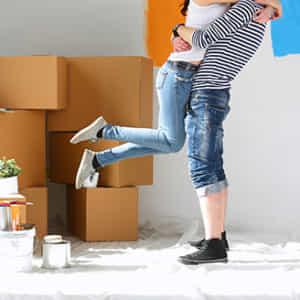引っ越して抱き合うカップル