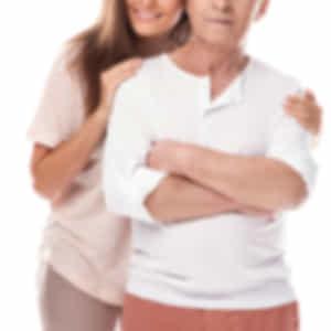 年配の男性に寄り添う若い女性