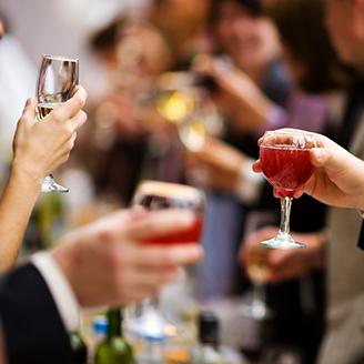 お酒を手に男女が集うパーティー